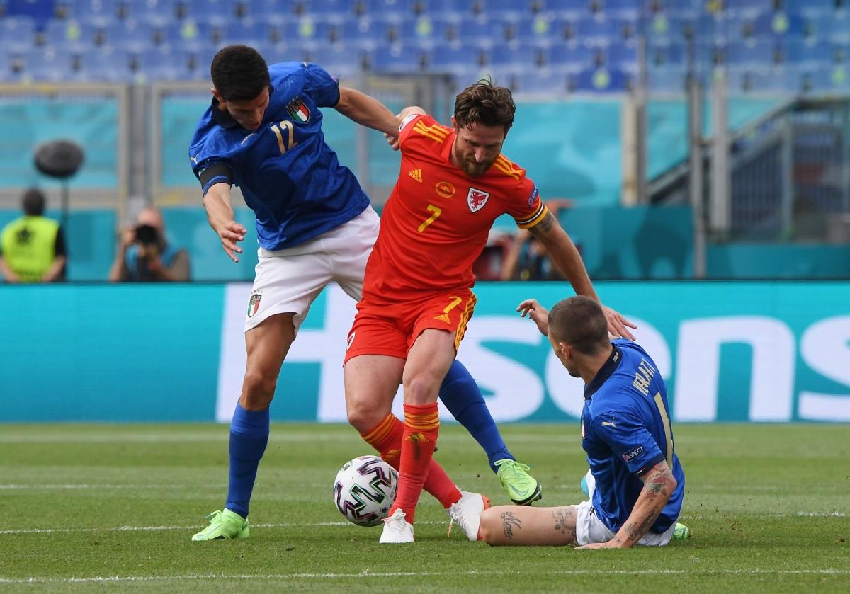 Xứ Wales đang gồng mình chống đỡ sức ép liên tục từ Italia. (Ảnh: Reuters).