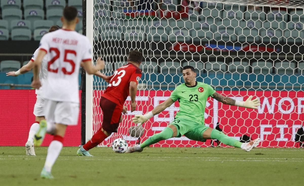 Thổ Nhĩ Kỳ suýt nhận thêm bàn thua sau khi dâng cao đội hình. (Ảnh: Reuters)