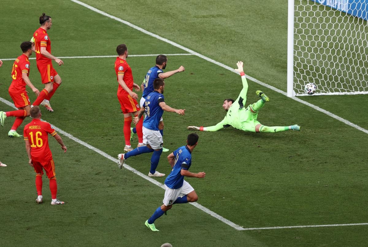 Bàn mở tỷ số đến với Italia ở phút 40, Marco Verratti đá phạt, Matteo Pessina dứt điểm chéo góc tung lưới Xứ Wales.