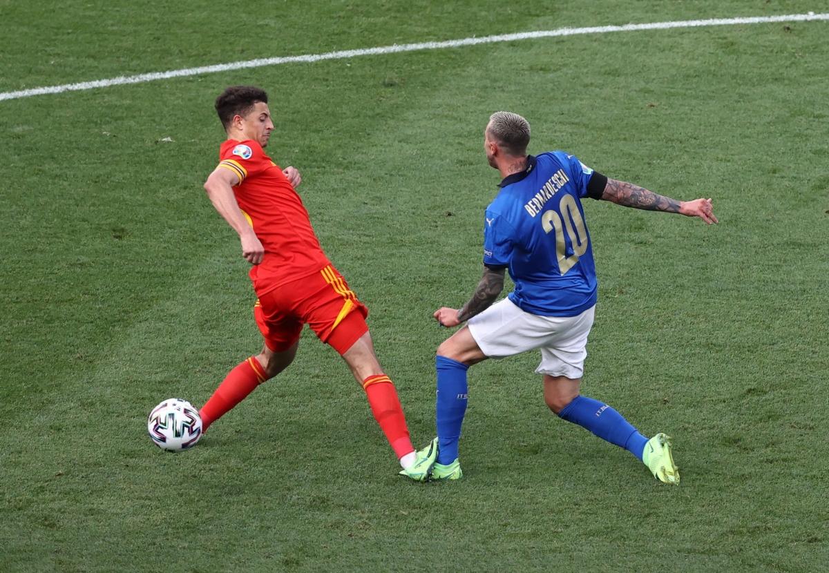 Sang hiệp 2, Xứ Wales rơi vào cảnh mất người khi Ethan Ampadu phạm lỗi thô bạo với Federico Bernardeschi và nhận thẻ đỏ trực tiếp ở phút 55.