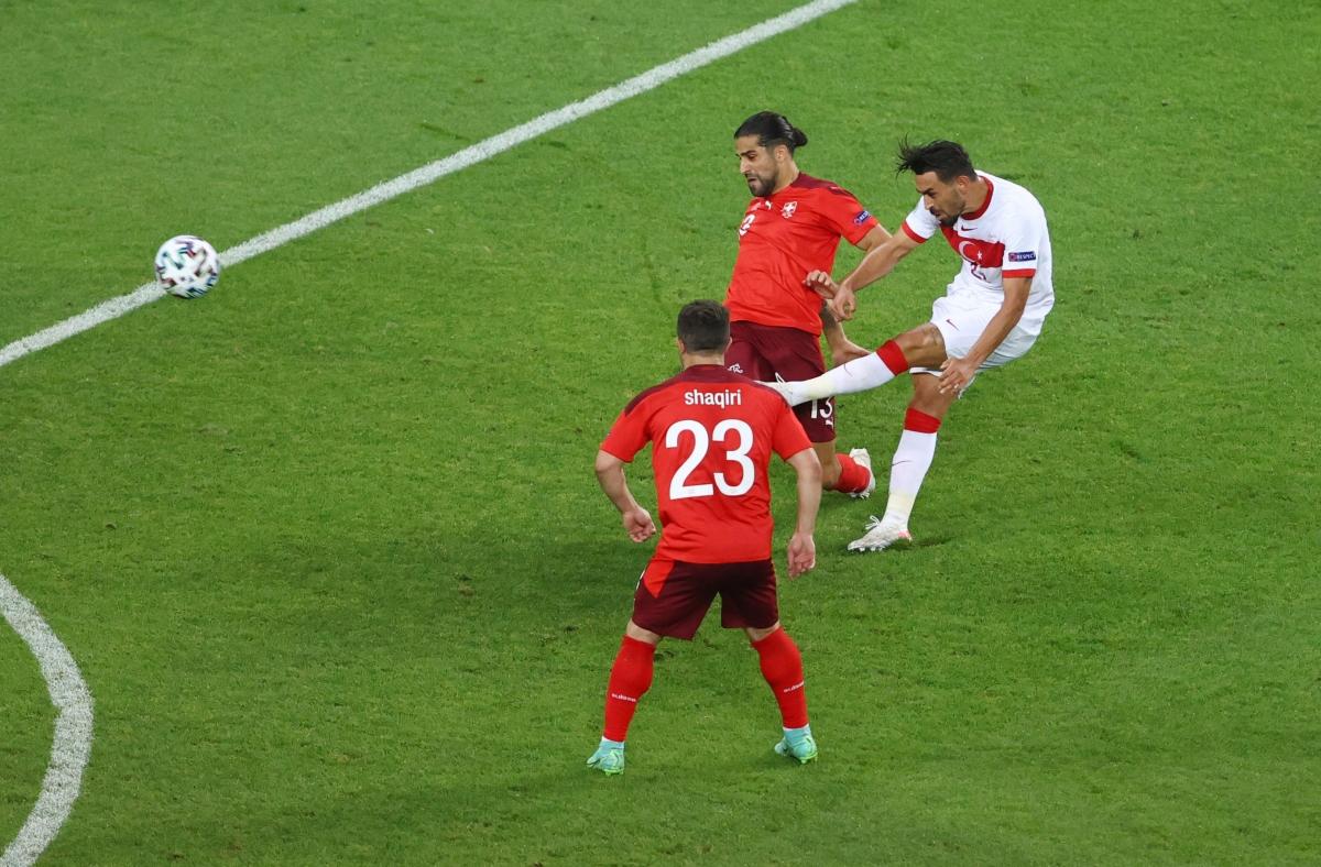 Kahveci rút ngắn cách biệt cho Thổ Nhĩ Kỳ ở phút 62. (Ảnh: Reuters)