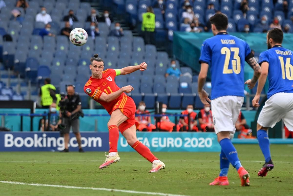 Trong hoàn cảnh khó khăn, cơ hội hiếm hoi của Xứ Wales lại bị Gareth Bale bỏ lỡ với pha volley vọt xà ngang ở phút 75.