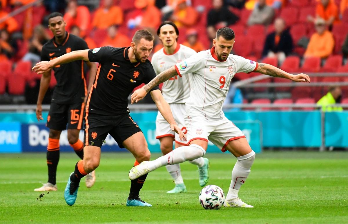 Đây là trận cầu thủ tục nên hai đội thi đấu khá cởi mở (Ảnh: Reuters).
