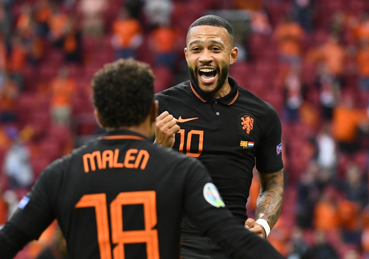 Depay ăn mừng bàn thắng mở tỉ số (Ảnh: Reuters).