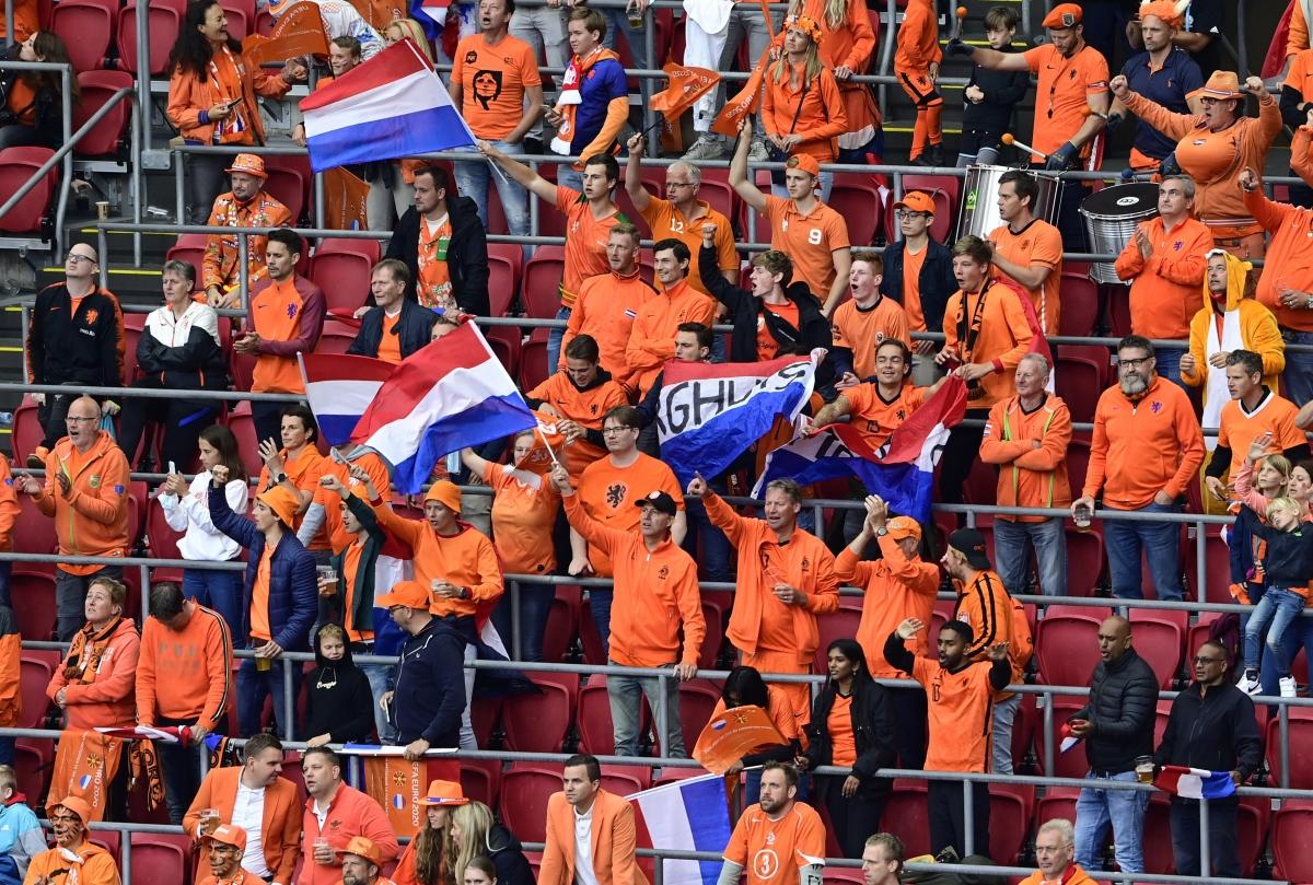 Các cổ động viên Hà Lan ăn mừng chiến thắng (Ảnh: Reuters).