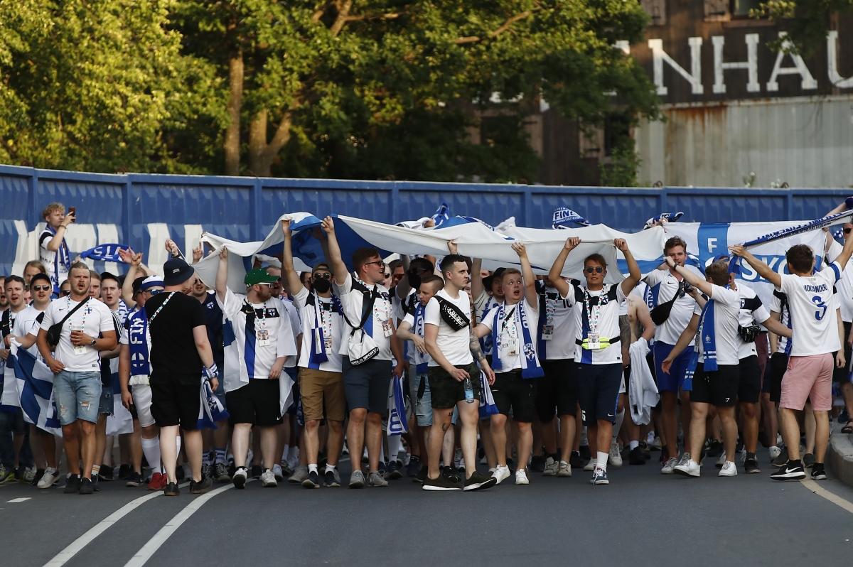 Các CĐV Phần Lan đang tạo nên bầu không khí tuyệt vời ở sân Saint Petersburg. (Ảnh: Reuters).