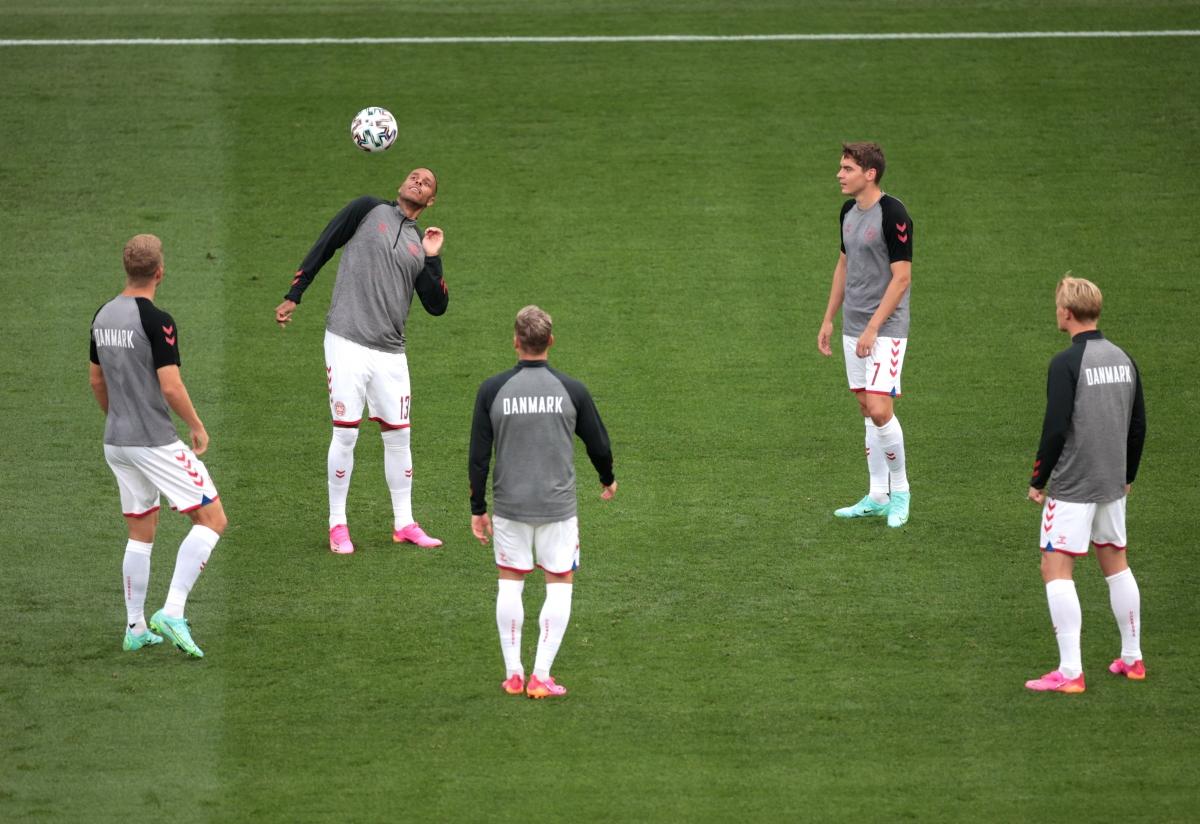 Các cầu thủ đá chính của Đan Mạch khởi động. (Ảnh: Reuters)