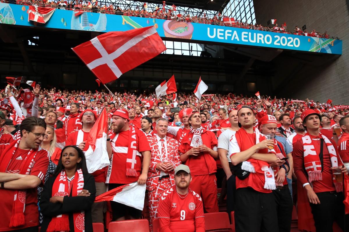 CĐV Đan Mạch nhuộm đỏ khán đài. (Ảnh: Reuters)