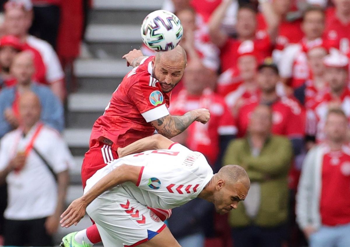 Đan Mạch và Nga nhập cuộc đầy máu lửa với những pha tranh chấp quyết liệt. (Ảnh: Reuters)