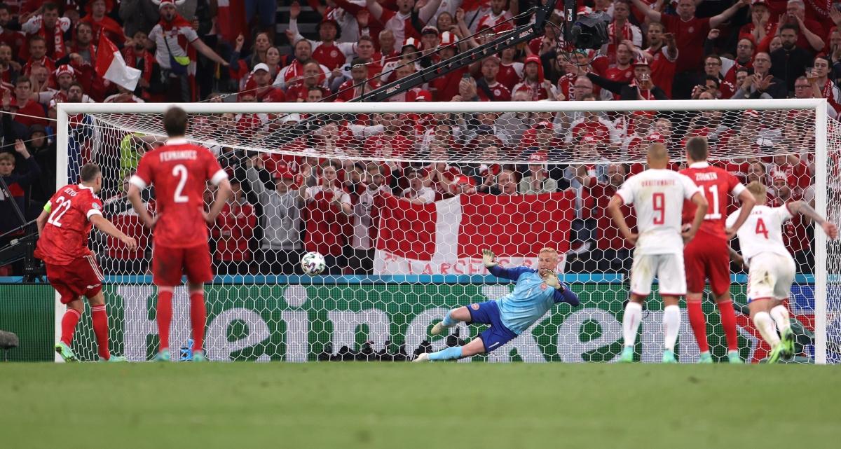 Dzyuba đánh lừa thủ môn Schmeichel. (Ảnh: Reuters)