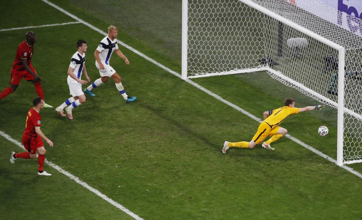 Pha phản lưới bất đắc dĩ của thủ môn Hradecky. (Ảnh: Reuters).