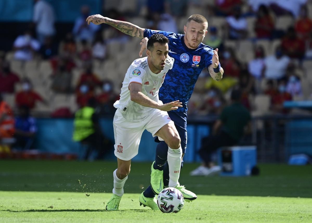 Sergio Busquets đang chơi rất tốt (Ảnh: Reuters).