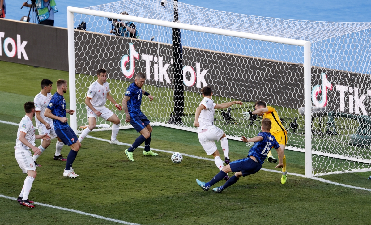 Tình huống dẫn đến bàn thắng thứ 5 của Tây Ban Nha (Ảnh: Reuters).