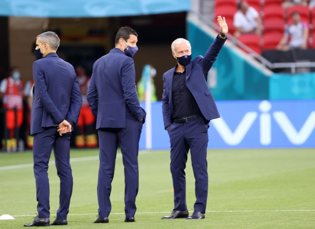HLV Didier Deschamps vẫy chào các CĐV của ĐT Pháp đang cổ vũ cuồng nhiệt trên khán đài sân Puskas. (Ảnh: Reuters).