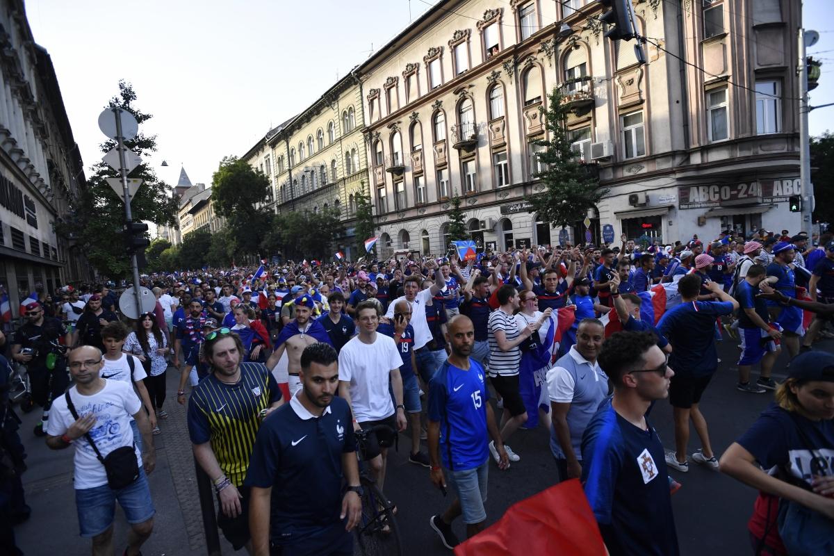 CĐV Pháp đang đổ tới sân Puskas để cổ vũ cho đội nhà trong màn đối đầu với Bồ Đào Nha. (Ảnh: Reuters).