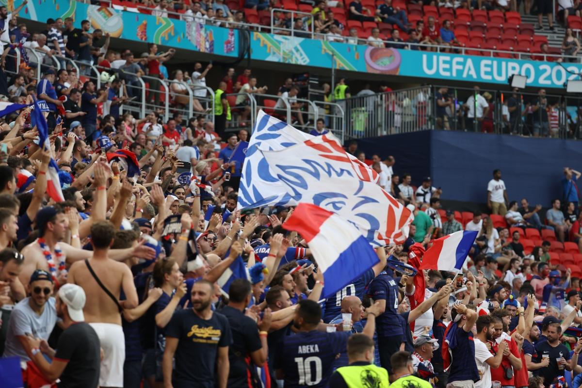 Bầu không khí sôi động được tạo nên bởi các CĐV Pháp trên khán đài sân Puskas. (Ảnh: Reuters).