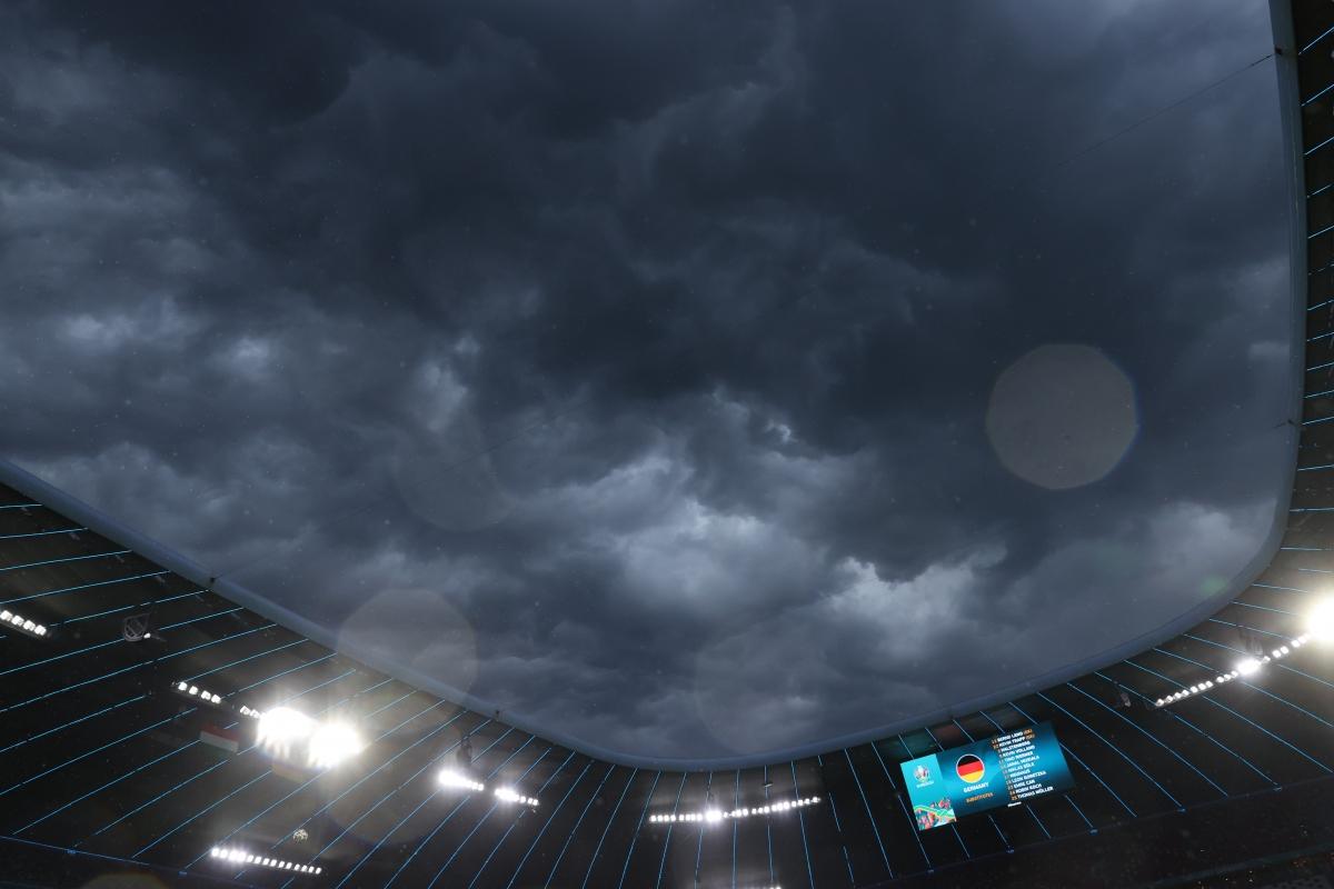 Trận đấu diễn ra trong điều kiện thời tiết không thuận lợi. (Ảnh: Reuters)