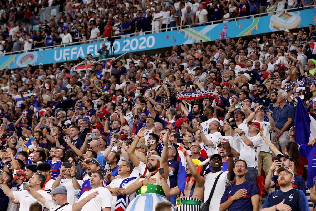 Sân Puskas không còn một chỗ trống ở màn đối đầu thượng đỉnh Bồ Đào Nha - Pháp. (Ảnh: Reuters).