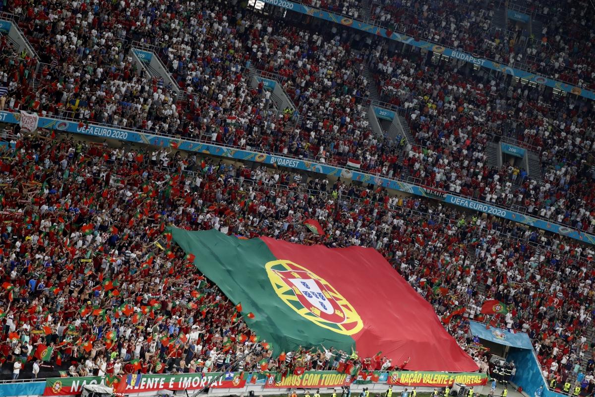 Khu vực khán đài của các CĐV Bồ Đào Nha. (Ảnh: Reuters).