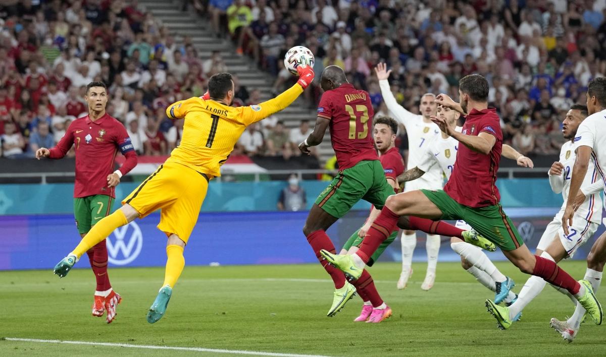 Thủ môn Lloris lao ra đấm bóng nhưng lại đấm thẳng vào mặt Danilo. (Ảnh: Reuters).