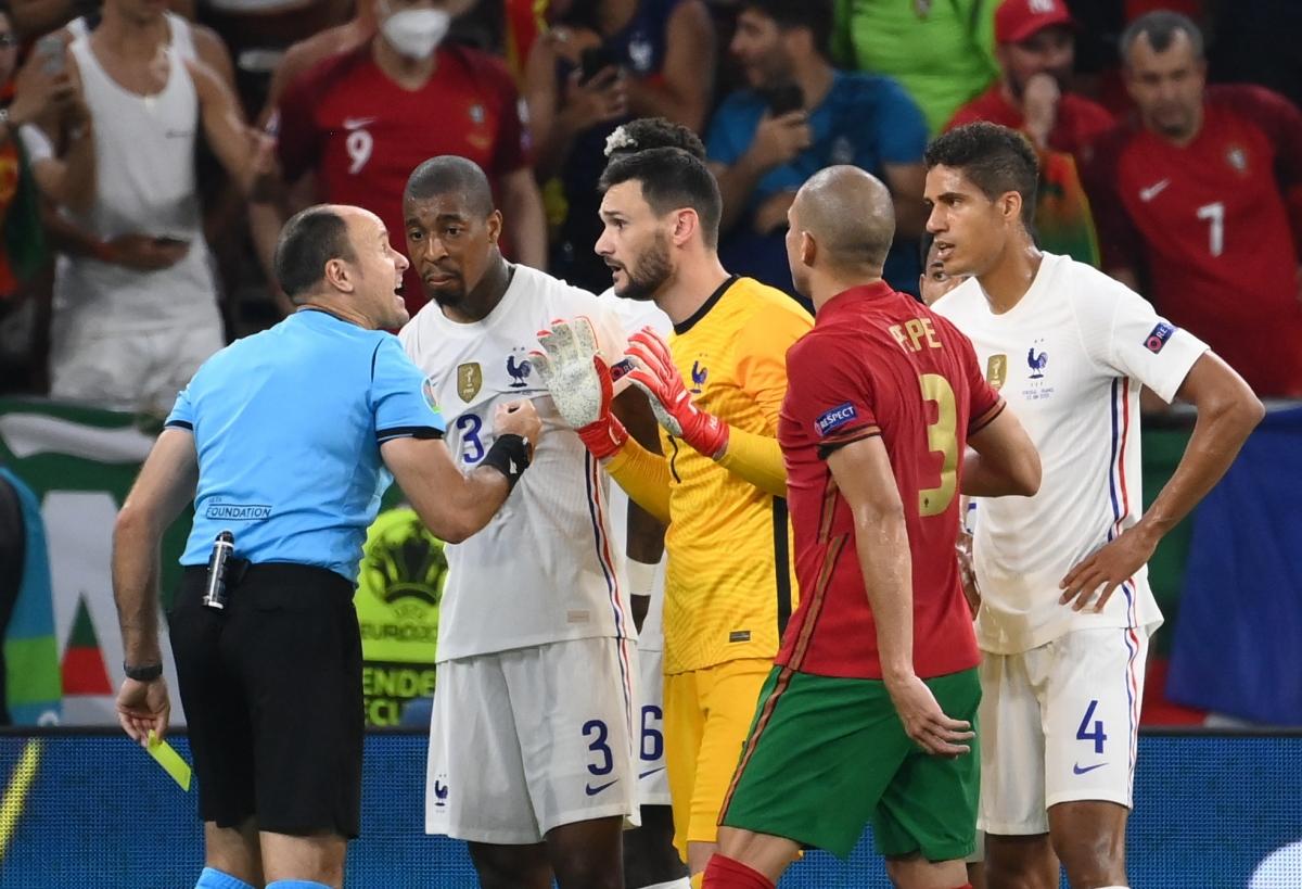 Trọng tài cho Bồ Đào Nha được hưởng phạt đền. (Ảnh: Reuters).