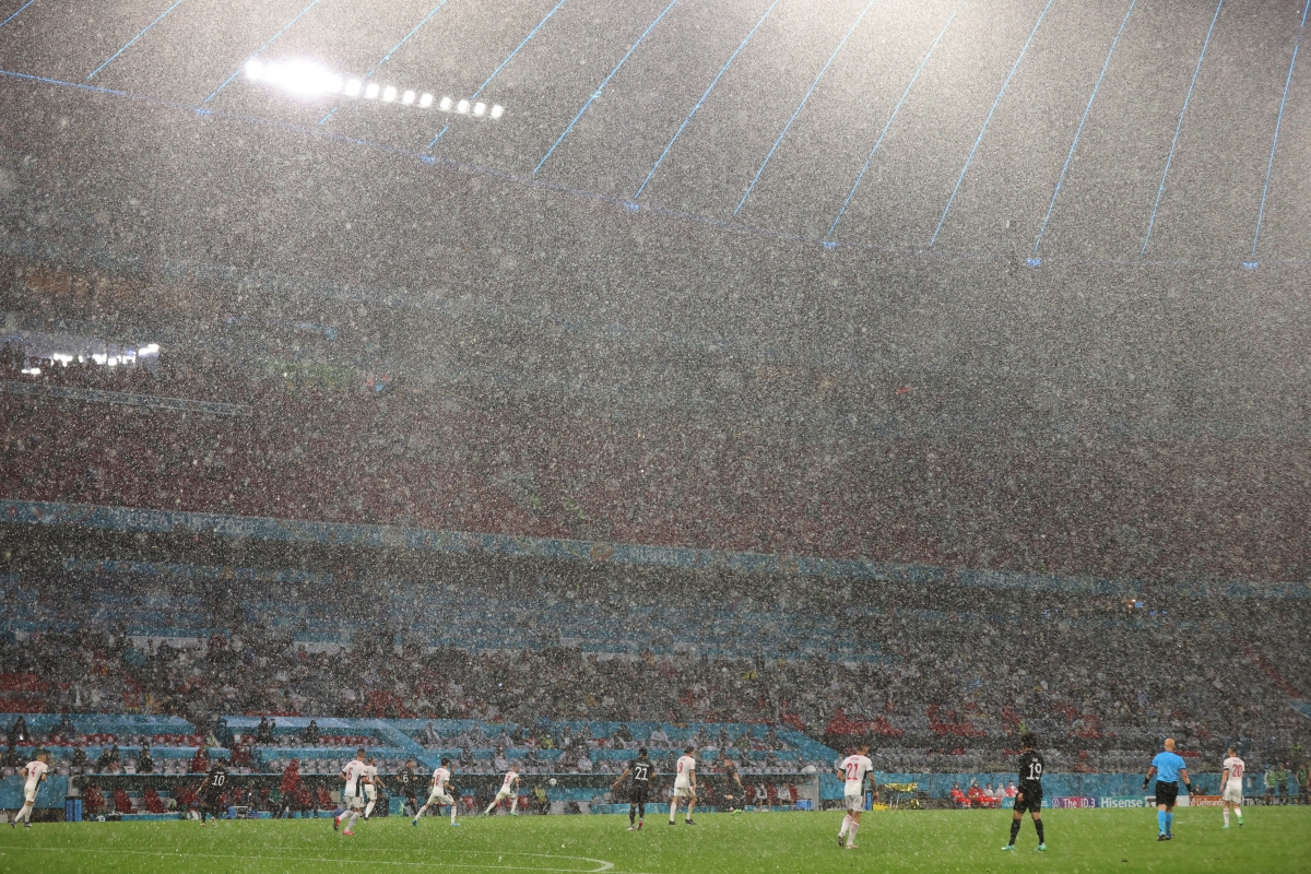Cơn mưa lớn khiến Đức càng thêm vất vả trong việc tìm kiếm bàn thắng. (Ảnh: Reuters)