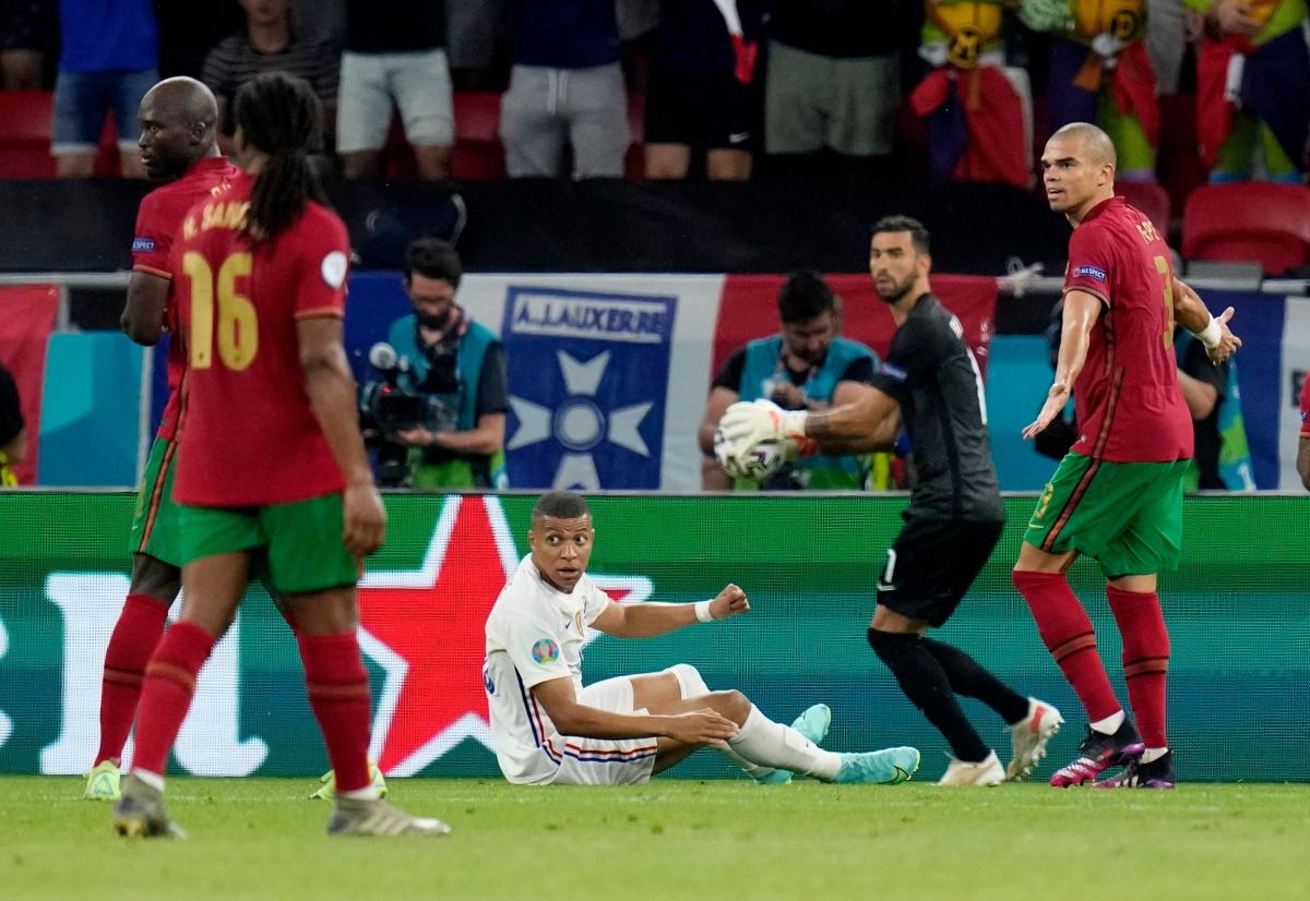 Mbappe bị Semedo phạm lỗi trong vòng cấm. (Ảnh: Reuters).