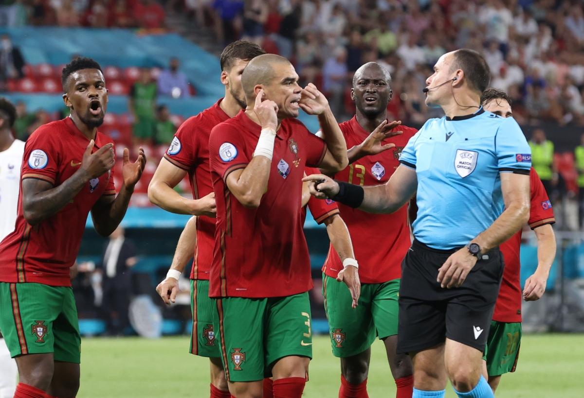 Trọng tài cho ĐT Pháp được hưởng phạt đền bất chấp sự phản đối dữ dội từ các cầu thủ Bồ Đào Nha. (Ảnh: Reuters).
