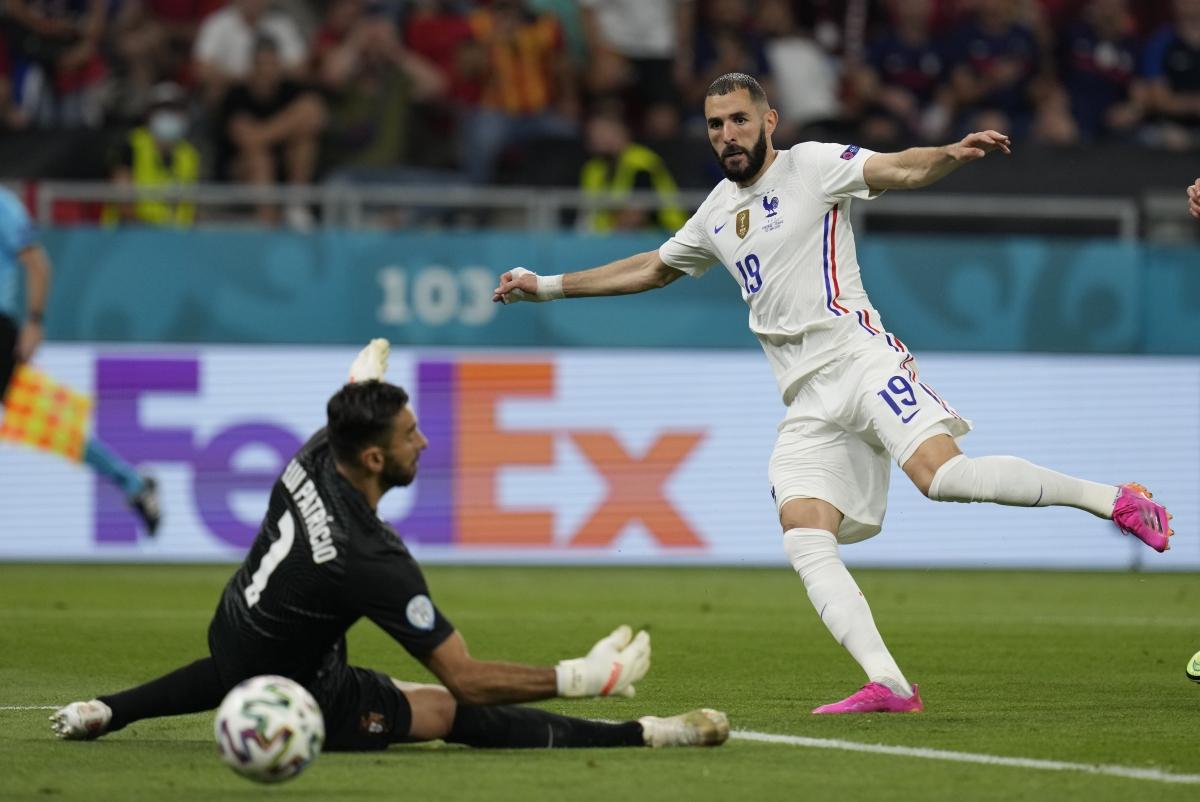 Benzema lập cú đúp ngay đầu hiệp hai... (Ảnh: Reuters).
