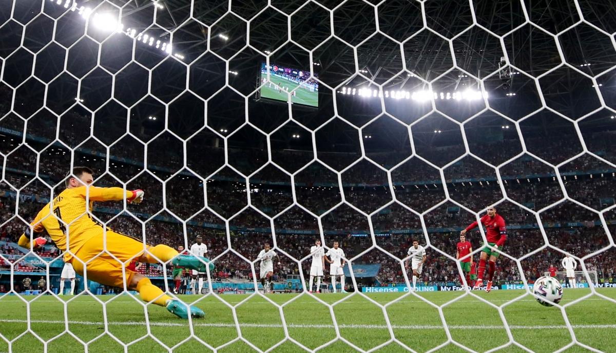 Đây là bàn thắng thứ 5 của CR7 tại EURO 2021. (Ảnh: Reuters).