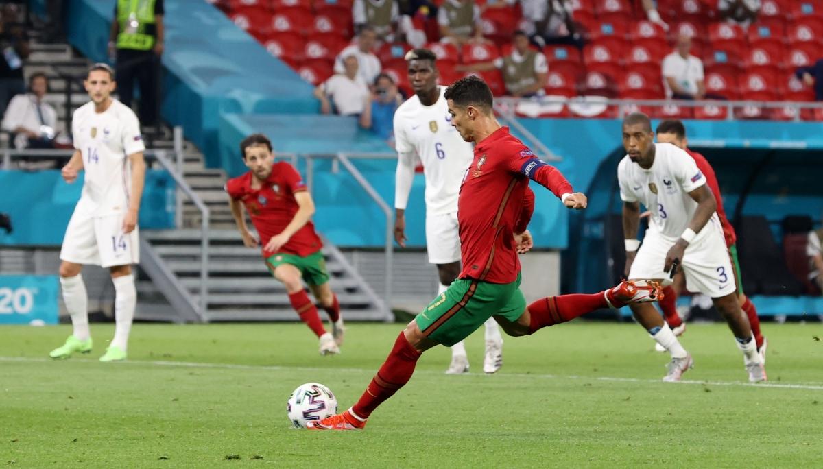 Ronaldo hoàn tất cú đúp trên chấm phạt đền. (Ảnh: Reuters).