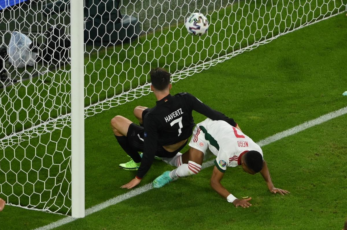 Havertz thoải mái đánh đầu vào lưới trống sau pha đấm bóng hụt của thủ môn Gulacsi trong tình huống đá phạt. (Ảnh: Reuters)