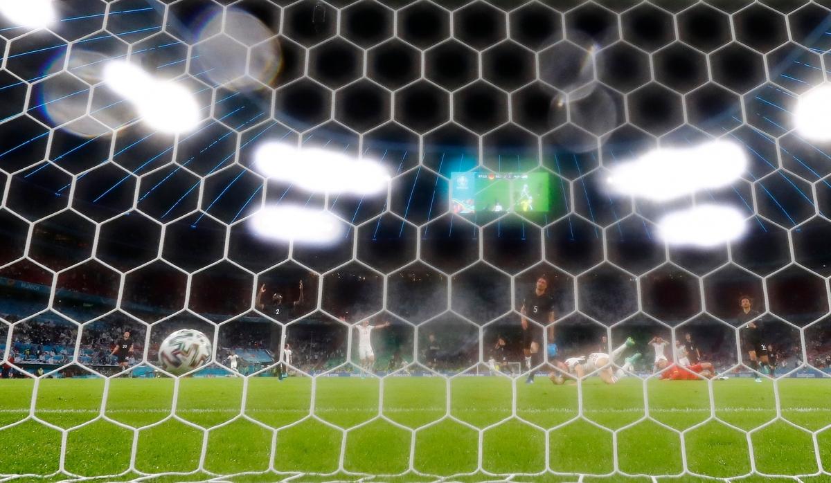 Schafer nâng tỷ số lên 2-1 cho Hungary. (Ảnh: Reuters)