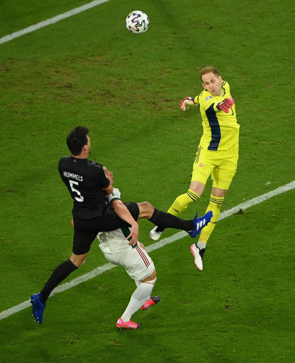 Phút 66, thủ môn Gulacsi bất ngờ đấm bóng hụt khiến Hungary chịu bàn thua.