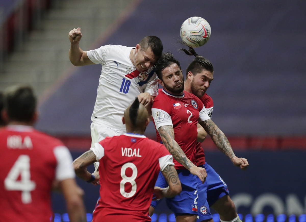 Chile (áo đỏ) thi đấu không tốt trước Paraguay (Ảnh: Reuters).