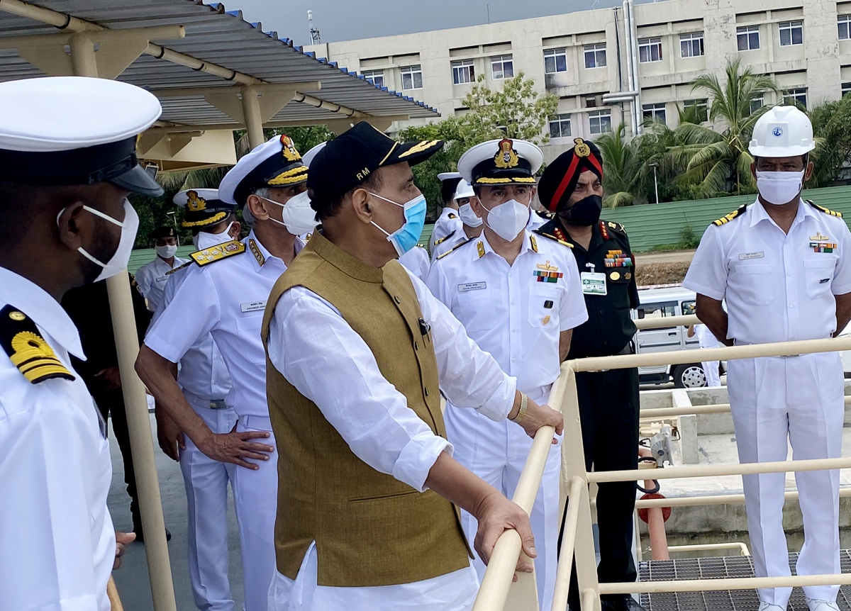 Bộ trưởng Quốc phòng Ấn Độ Rajnath Singh thị sát, kiểm tra tiến độ xây dựng hạ tầng tại Căn cứ Hải quân Karwar, bang Karnataka. (Ảnh: ANI)