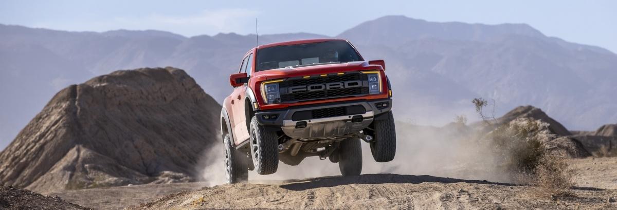 """Khi Ford giới thiệu chiếc F-150 Raptor 2021 vào đầu năm nay, họ cho biết nó sẽ đi kèm với động cơ EcoBoost V6 3.5 lít được nâng cấp với các bộ tăng áp hiện đại, tỷ số nén 10,5: 1 và """"tua-bin công suất cao được tích hợp trong hệ thống làm mát để đảm bảo cho các buổi off-road căng thẳng""""."""