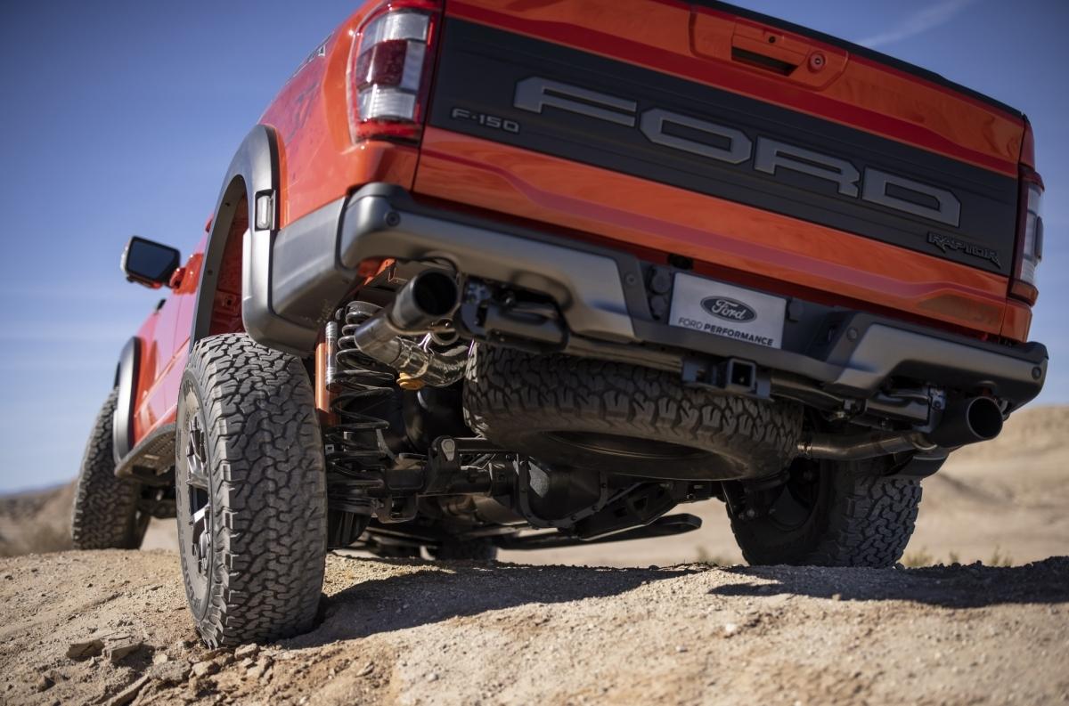 Một thay đổi đáng chú ý khác mà Ford mang đến cho F-150 Raptor thế hệ mới đó là giảm chấn Fox Live Valve với đường hồi dầu dầu tích hợp, có thể điều chỉnh khả năng giảm chấn theo cảm ứng vị trí.