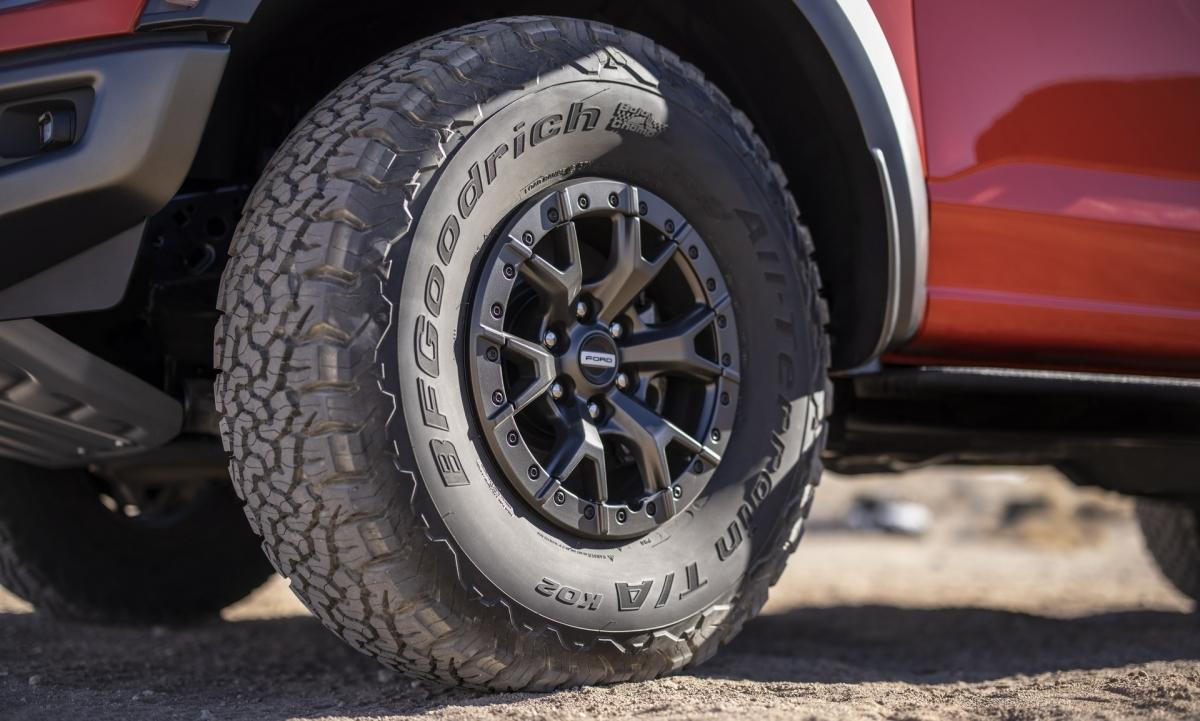 Bên cạnh việc tiết lộ thông số kỹ thuật hiệu suất cho F-150 Raptor, Ford cũng xác nhận chiếc xe bán tải hiệu năng cao sẽ được bán ra từ ngày 10/6 với giá khởi điểm 65.840 USD (khoảng 1,52 tỷ đồng).