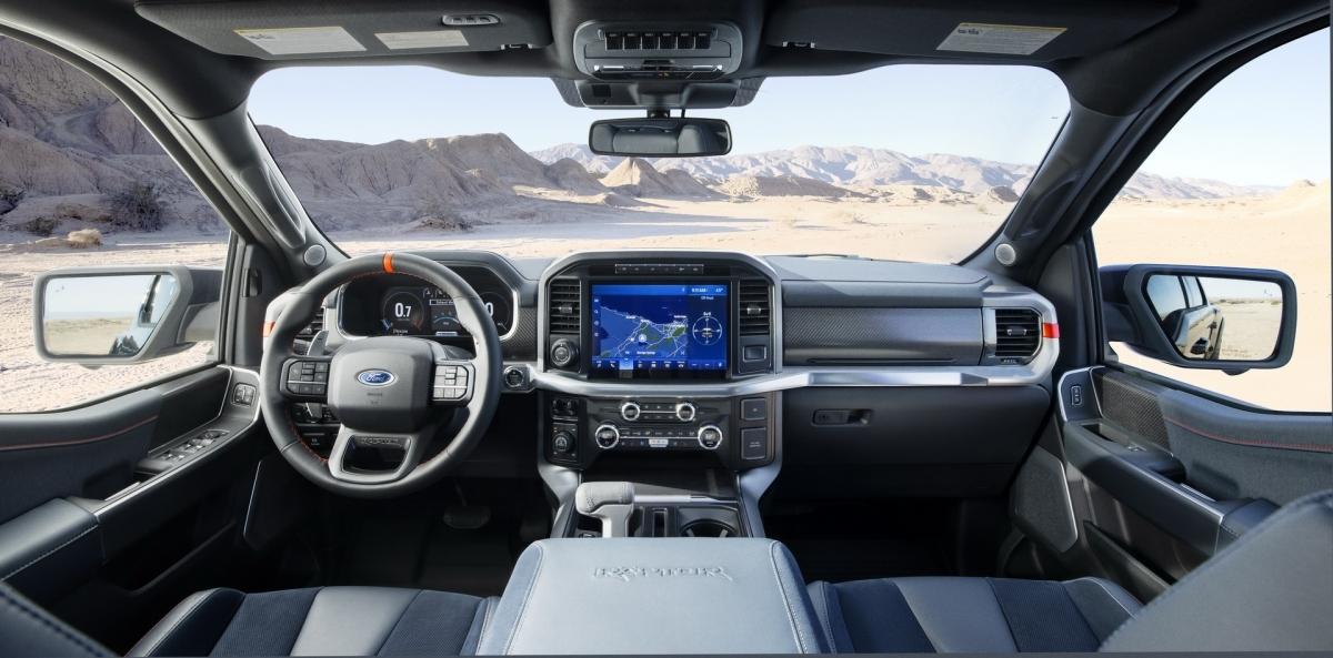 Hệ thống giảm chấn Live Valve trên xe được trang bị hệ thống điều khiển điện tử lấy từ xe đua, mang lại khả năng giảm chấn lên đến 450 kg ở mỗi bánh xe. Ford cho biết hệ thống này có thể liên tục thay đổi độ cứng ở mỗi bánh xe riêng biệt với tốc độ lên đến 500 lần mỗi giây, cho phép khả năng phản hồi tốt nhất.