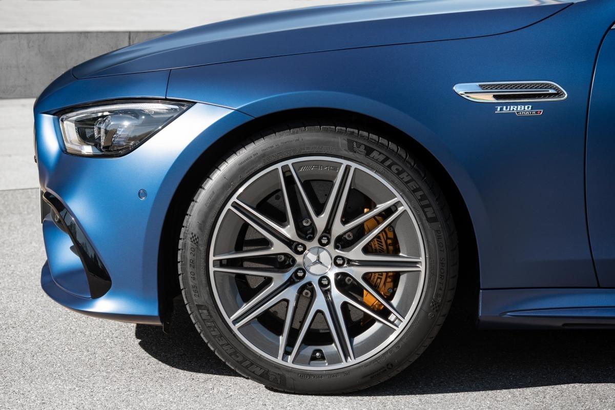 Về mặt hiệu suất, bản dùng động cơ I6 dung tích 3.0 lít tăng áp sẽ có công suất cực đại 362 mã lực và mô-men xoắn 500 Nm. Sức mạnh được truyền đến bánh xe thông qua hộp số 9 cấp, nhờ đó xe có khả năng tăng tốc lên 100 km/h trong 4,8 giây, tốc độ tối đa 269 km/h.