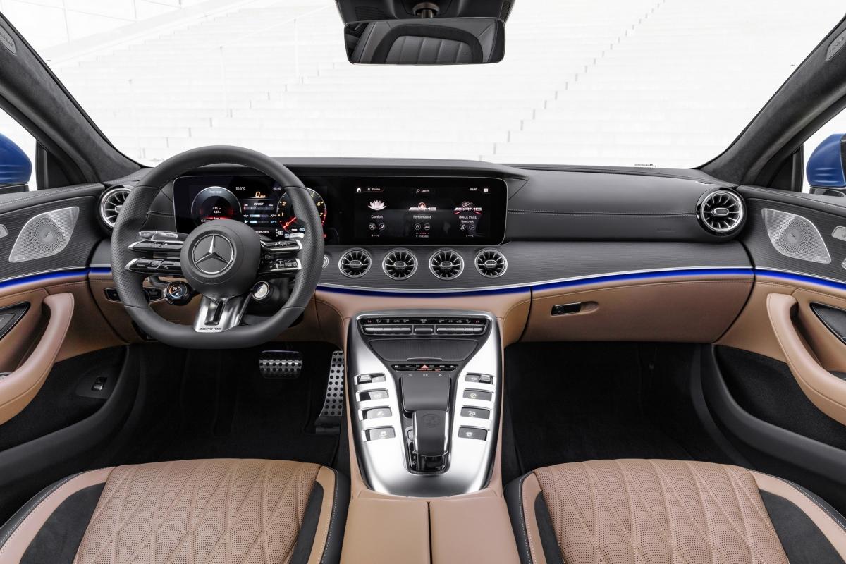 Bên trong, khoang lái có thể được trang bị cùng vô-lăng AMG Performance với cảm biến tích hợp để xác định người lái có đặt tay trên vô-lăng hay không.