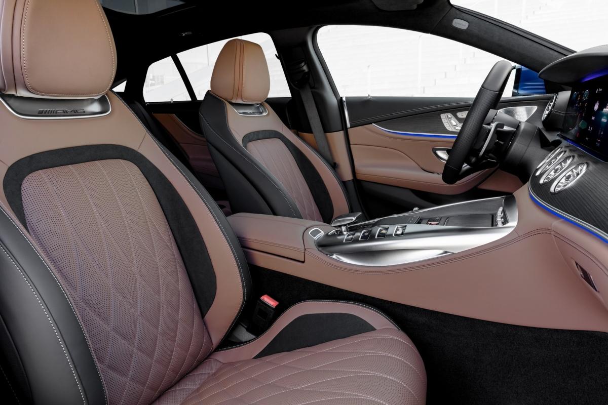 Vô-lăng này cũng được nâng cấp với thiết kế tổng thể và các nút AMG Drive Unit mới.