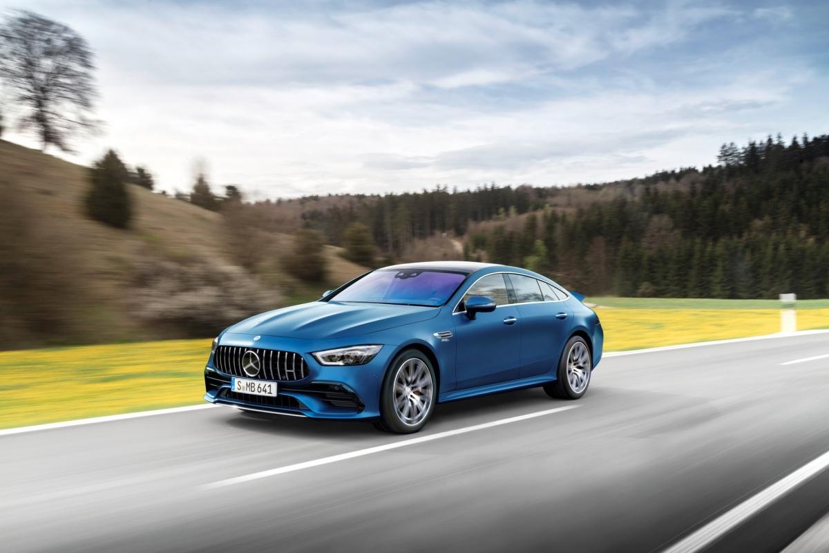 Chiếc AMG GT 4-Door 2022 dự kiến sẽ bắt đầu cập bến thị trường Mỹ vào cuối năm nay với một số thay đổi nhỏ. Ở ngoại thất, xe sẽ có thêm ba màu sơn mới gồm Starling Blue Metallic, Manufaktur Starling Blue Magno và Manufaktur Cashmere White Magno.