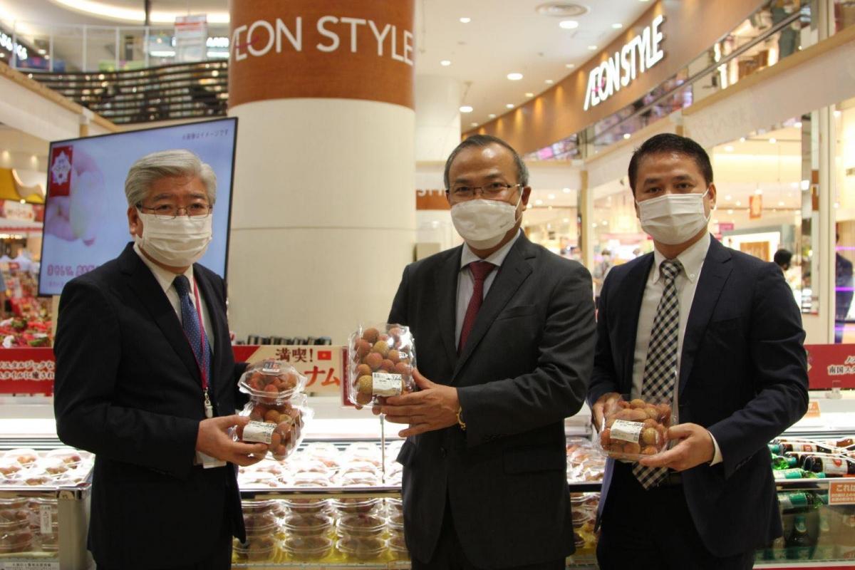 Đại sứ Việt Nam tại Nhật Bản Vũ Hồng Nam (giữa), Tham tán Thương mại Việt Nam tại Nhật Bản Tạ Đức Minh,(phải) và Đại diện Aeon (trái) tiếp thị quả vải Việt Nam.
