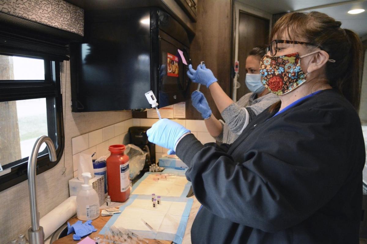 Nhân viên phòng khám sức khỏe của bộ tộc Blackfeet chuẩn bị vaccine Covid-19 để tiêm cho người dân Canada. Ảnh: AP