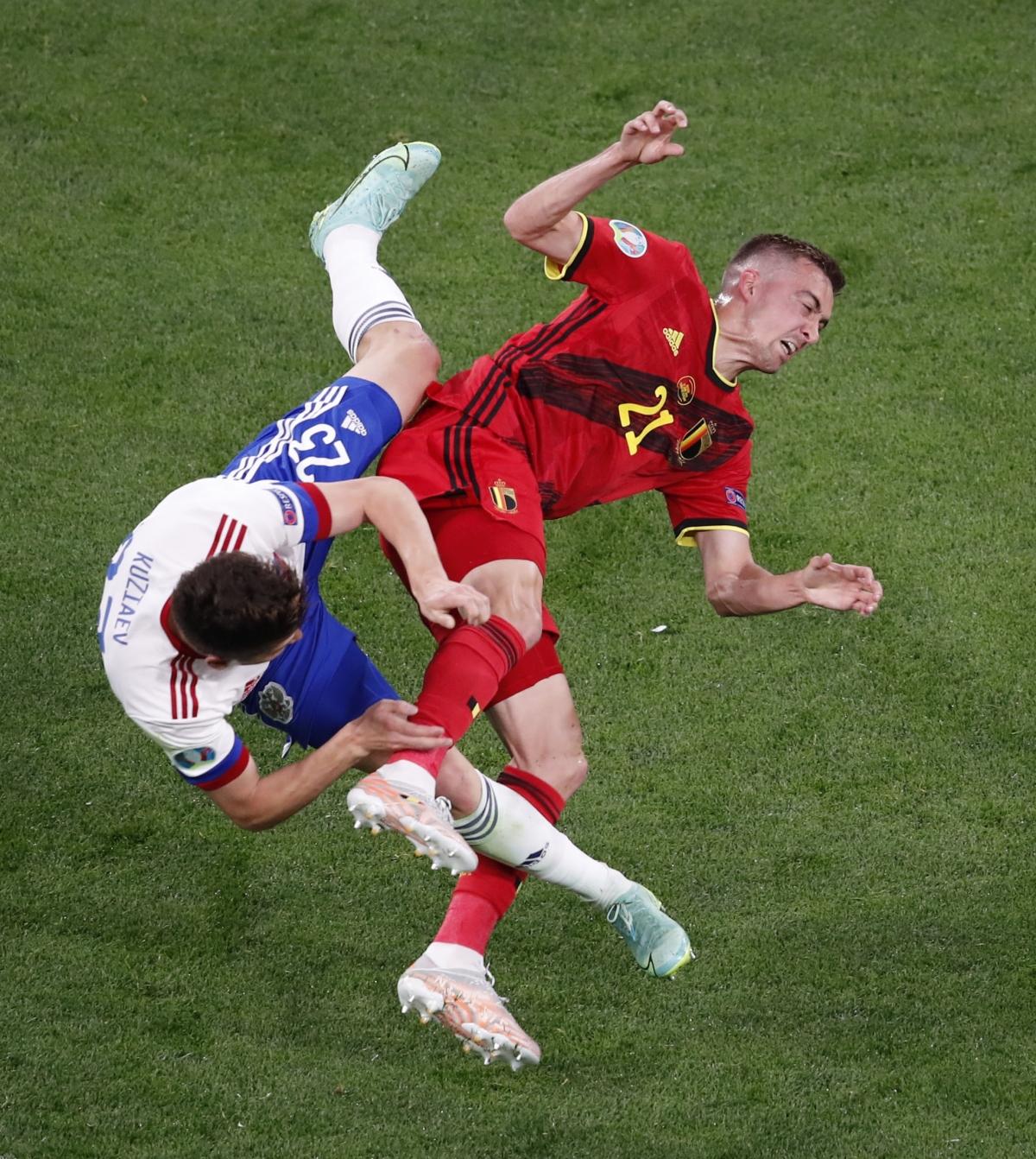 Sau bàn thắng của Lukaku, trận đấu Bỉ gặp Nga trở nên căng thẳng với những pha vào bóng quyết liệt của cầu thủ cả hai đội.