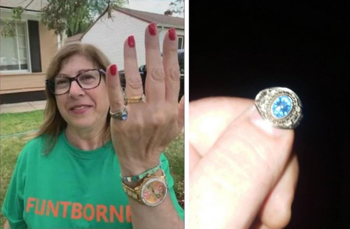 Hình ảnh chiếc nhẫn được Nord đăng lên Facebook để tìm chủ nhân (trái) và bà Mary khi nhận lại được chiếc nhẫn.
