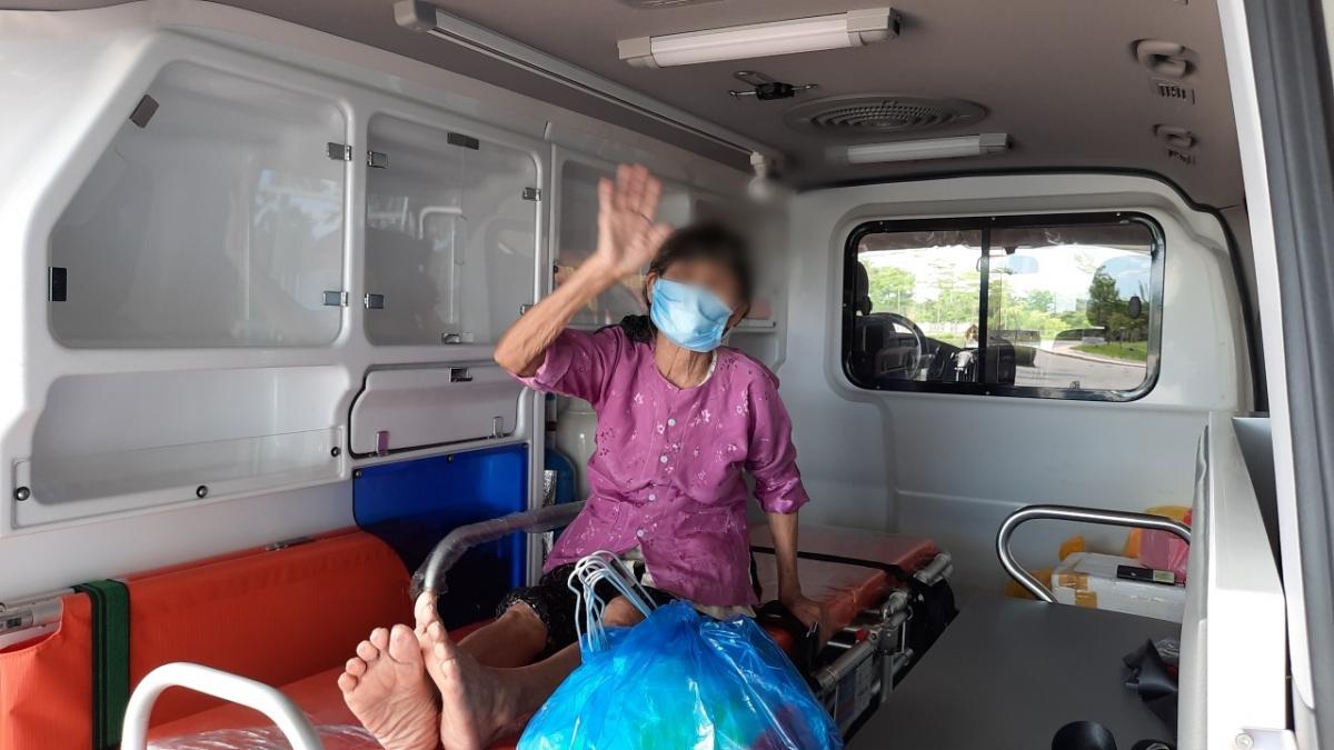 Cụ bà 79 tuổi ở Chương Mỹ, Hà Nội được ra viện sau khi điều trị khỏi COVID-19.