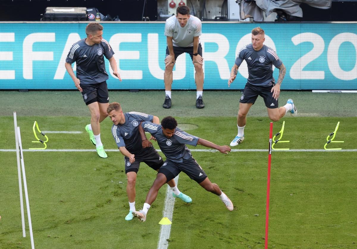 Hai đội Pháp và Đức trong buổi tập làm quen sân Allianz Arena. (Ảnh: Reuters).